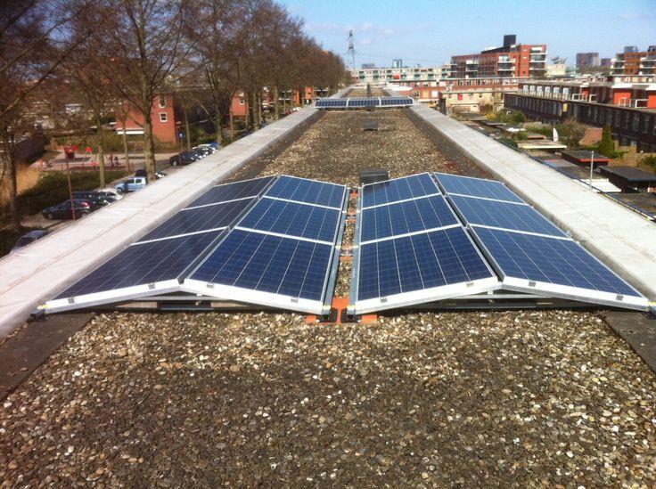 12 panelen, totaal 3000Wp op speciaal dubbel plat dak systeem! Veel panelen op een relatief klein oppervlak!