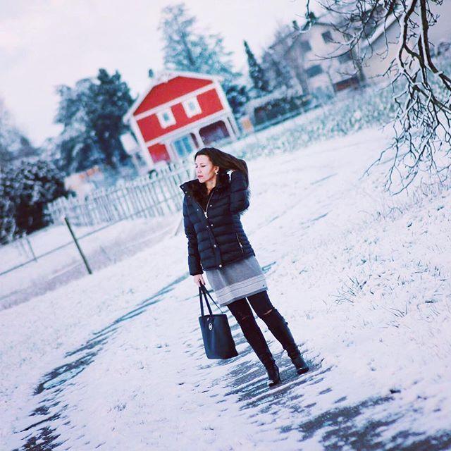 Happy Saturday und einen tollen Start ins Wochenende. Da hat es gestern doch tatsächlich noch einmal geschneit . . Wie sieht es bei Euch aus und was habt Ihr vor? . Ich werde erst einmal putzen und dann ein paar Osterfotos machen. Ich habe nämlich schon Osterkekse gebacken . Dazu aber bald mehr . . #fashionblogger #fashion #winteroutfit #wintermode #styleoverforty  #brunette  #germanblogger #blogging4style  #downjacket #knitwear #ü40blogger #strickkleid #streetstyle #hygge #smile…