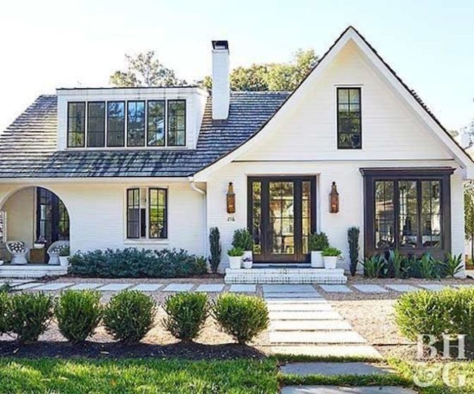 Lovely White House Exterior With Black Roof And Black Windows Haus Kredit Modern Farmhouse Exterior Home Exterior Makeover House Exterior