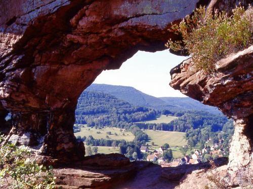 Le Parc Naturel Régional des Vosges du Nord: Rocher de l'Arche - Obersteinbach (© Jean Espirat) - France-Voyage.com