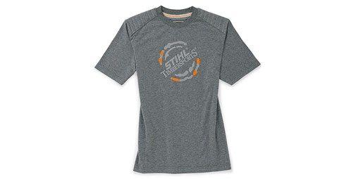 Camiseta color antracita. Discreta y deportiva. En un color gris clásico con un logotipo STIHL® TIMBERSPORTS® impreso en el pecho. Hombros reforzados. Material: 100% algodón
