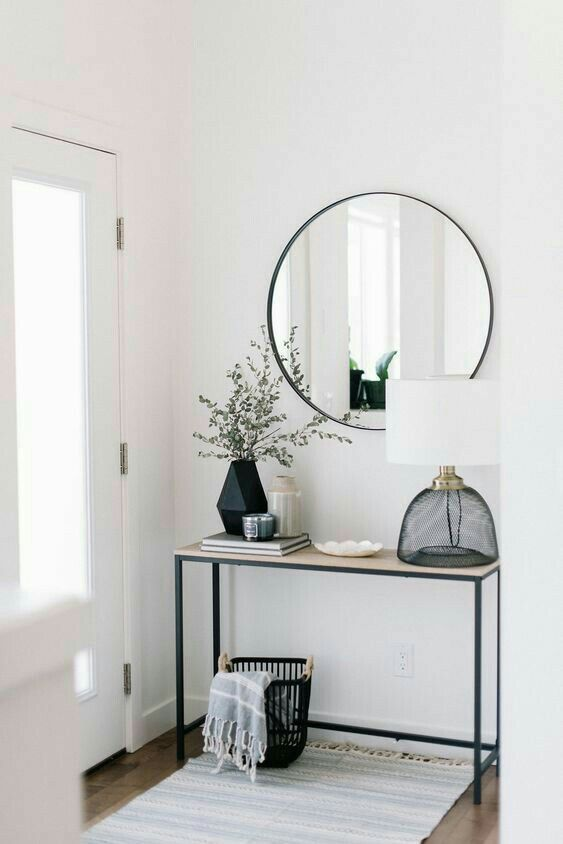 Simple, understated modern entryway inspiration.