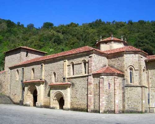 Santo Toribio de Liebana Monasterio Franciscano en medio de un entorno natural realmente impresionante en donde se venera el trozo más grande de la cruz donde murió Jesús