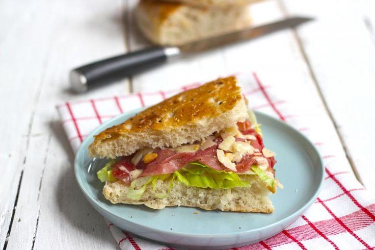 Wil je binnen een handomdraai een lekker broodje carpaccio op tafel? Probeer dan eens dit recept want het is echt verrukkelijk!