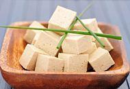 Tofu, proprietà e ricette. Ecco come si cucina e perché fa bene mangiarlo
