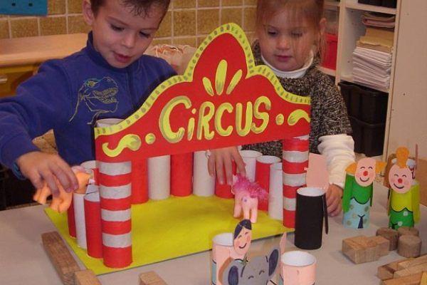 Zelfgemaakt circus tafelpoppenspel