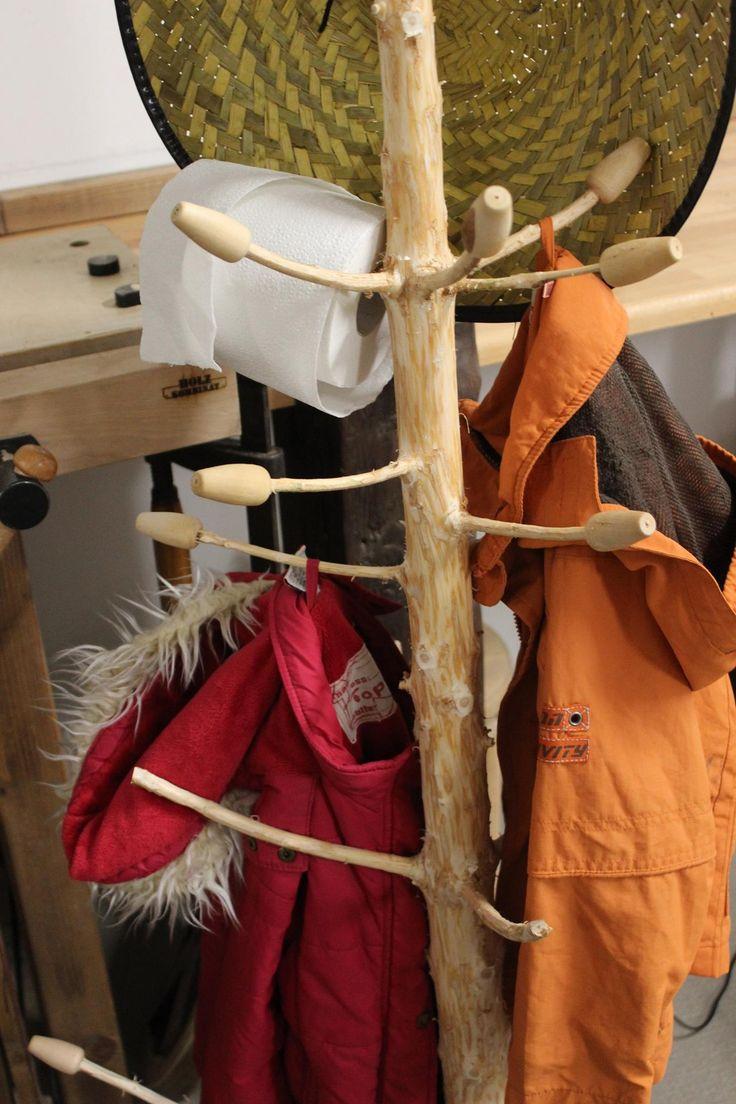 Weiterverwendung von Weihnachtsbäumen als Garderobe -> Upcycling statt Wegwerfen.