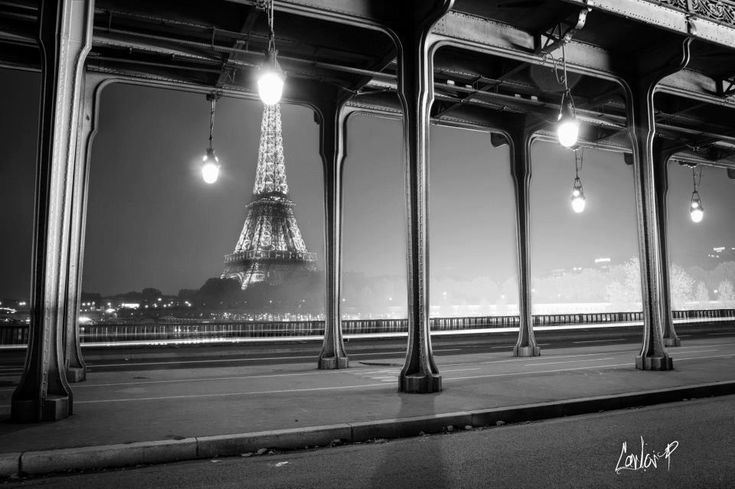 Paris la Nuit en noir et blanc - La tour Eiffel vue du pont Bir Hakeim