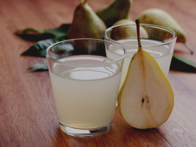 A esta fruta es muy común comerla en su estado natural, sin embargo, al ser muchas las propiedades que puede ofrecerle a nuestro cuerpo, te presentamos algunos beneficios para consumirla también en agua.Un vaso o al día cambiará tu vidaSi no sabes cómo hacer el agua de esta fruta, te compartimos la receta para realizarla. Sólo necesitas moler una pera, jugo de un limón, media cucharadita de azúcar o miel de agave, de 12 a 15 hojas de albahaca, y dos tazas de agua.A continuación te…