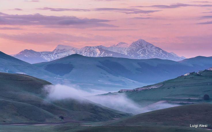 i colori dell'alba sui monti della Laga - Vista da Castelluccio di Norcia