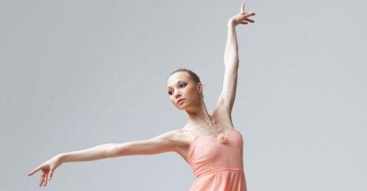 BALE İÇİN NASIL AYAKKABILAR UYGUNDUR? Bir dansçının başarısı, yaptığı figürlerde ve hareketler arası uyumda açığa çıkar. Bu koreografilerde vücut, bir bütünlük içerisinde tamamı ile dansa hizmet eder. Koreografiler gerçekleşirken bir dansçının gerek teknik olarak, gerekse aksesuar olarak olmazsa olmazları vardır. Teknikleri bir yana bırakırsak aksesuarlar arasından ayakkabılar, dansın ve dansçının kalitesini ortaya koyan en temel unsurlardandır.  #ankara #bale #ayakkabı #kurs