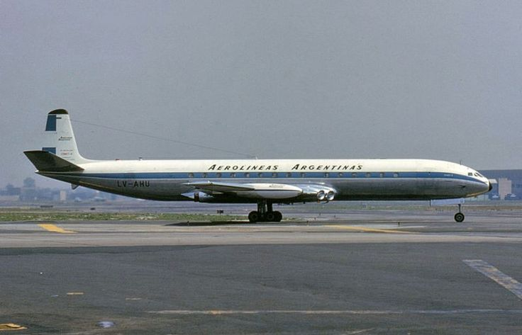 Aerolíneas Argentinas De Havilland DH-106 Comet 4 LV-AHU at New York-JFK, April 1965. (Photo: Mel Lawrence)