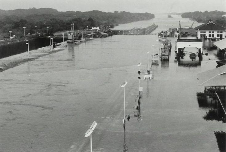 Inusual foto de una de las esclusas de Gatún inundadas, año 1972. panamaviejaescuela.com/inundacion-en-… #panama @PaViejaEscuela