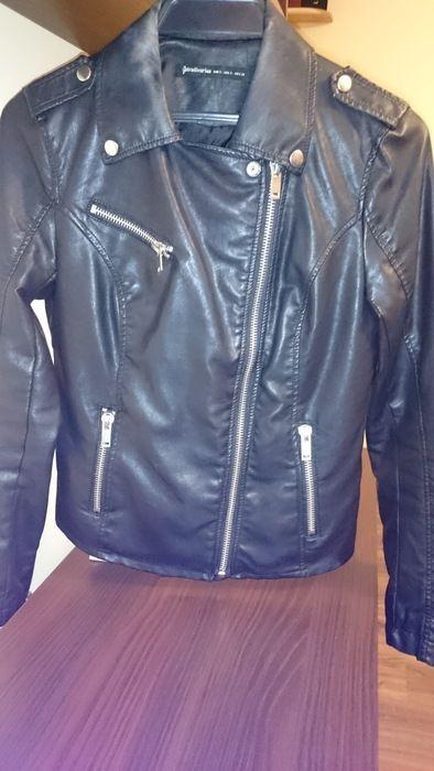 Skórzana (imitacja skóry) czarna ramoneska rozmiar S . Rozmiar S. Zasuwaki na rękawach. Pięknie się reprezentuje. Idealna ...