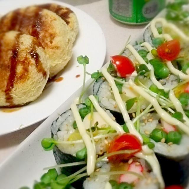 今日の献立表~✨  巻きオニギリ~、 油揚げコロッケ~ 具だくさん味噌汁~  テキトーな作り方デス笑 ↓ 白メシなんで、寿司じゃなくてオニギリだッッ‼ カニカマ&たくあん&インゲン巻きと、 チーカマ&たくあん&インゲン巻き~♪ ラップで巻いたまま切れば簡単~♪ カイワレとトマト&白ゴマをトッピングして、 マヨネーズかけて完成~(。-∀-) ↓ コロッケの具は、 肉の代わりに高野豆腐フープロ~、 レンチンしたジャガイモ潰して、 塩コショウをテキトーにふって~、 半分に切った油揚げを裏返して具を詰める~、 詰めたら手で挟んでプレスして俵状に~、 閉じた側を下にして、 油ひかずにフライパンで焼いて完成~(。-∀-)ニヤ♪  焼いたらすぐにパリパリになるので、 ちゃんと閉じとけば崩れませんよ~♪ 油揚げの油だけなので、 揚げるよりヘルシーかも??? そして、 パン粉の衣よりサクサクかもぉッッ‼ - 75件のもぐもぐ - 巻きおにぎり&油揚げコロッケ~ の晩ごはん✨ by kazkon3