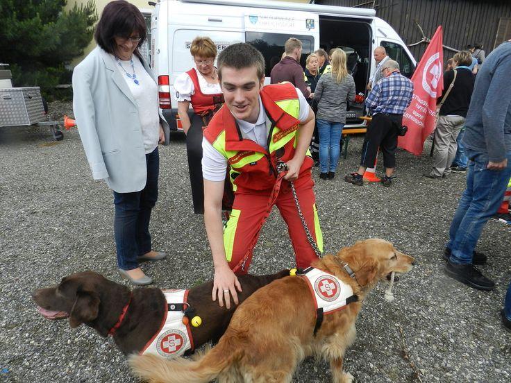 Hundestaffel aus Guntramsdorf °°° Samariterbund Altlengbach ließ neuen Rettungswagen segnen - - Wienerwald/Neulengbach - meinbezirk.at