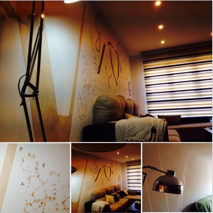 Iniciales de diferentes medidas y estilos decoran el muro del salón,