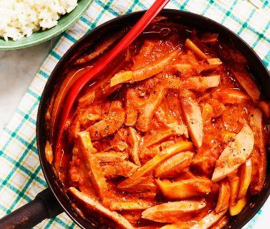 Ett klassiskt vardagsrecept som passar alla i hushållet! Strimla falukorv och stek den tillsammans med lök och äpple i klyftor. Tillsätt tomatpuré, tomatkross, grädde och mjölk, krydda med salt och peppar och låt puttra ihop i ca 15 minuter. Servera tillsammans med nykokt ris.