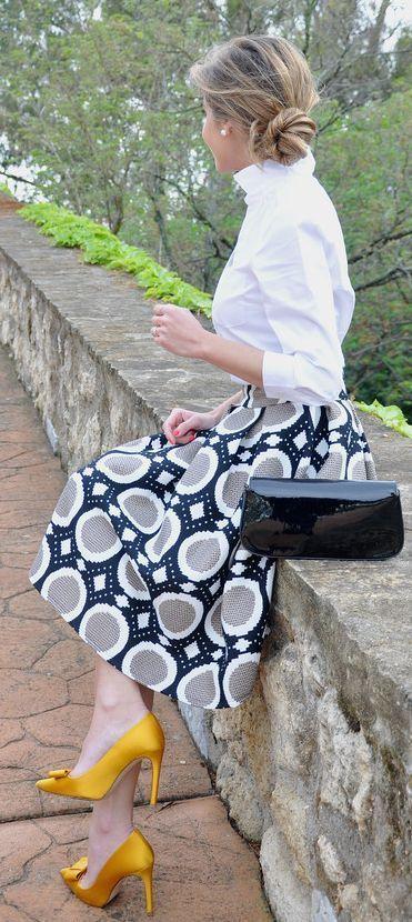 falda estampada en gris-blanco & negro - camisa en blanco & complementos en negro & amarillo(Gold Bowed Stilettos Outfit Idea by Te Cuento Mis Trucos.)