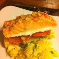 Esta receta de salmón es deliciosa y lucidora para una cena con amigos. Yo la preparo con pesto hecho en casa pero también se puede utilizar pesto comprado.