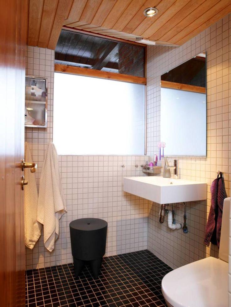 Badet er kledd i fliser fra Flisekompaniet,vasken er fra Hansgrohe. Krakken «BUBU»,designet Philippe Starck,er XO-design.