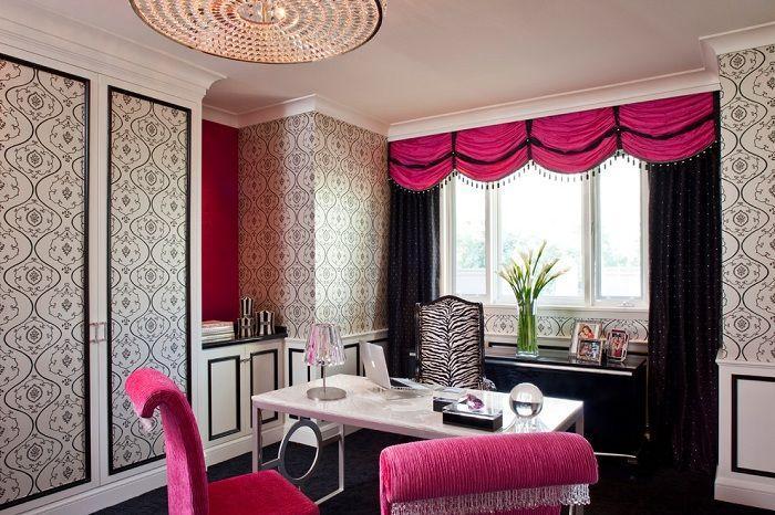 Комната оформлена в черно-розовых тонах и украшена шторами, которые дополняют интерьер.