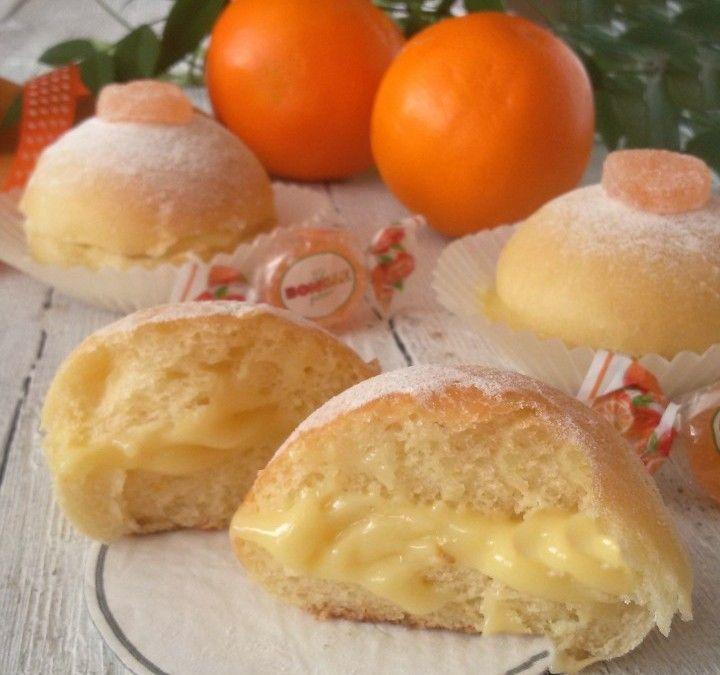 PANINI DOLCI ALL'ARANCIA | Ricette con Le Bonelle Gelées INGREDIENTI: per circa 20 panini: 200 gr. farina 00 di grano tenero 300 gr.farina manitoba 80 gr.zucchero 80 gr. olio di semi 110 ml. di acqua 110 ml.di succo di arancia 1 cucchiaino di sale 15 gr.lievito di birra la buccia di un'arancia grattugiata Per il ripieno: Crema all'arancia senza uova  PREPARAZIONE: Prepariamo l'impasto: fate un primo lievitino con il lievito e 100 gr. farina e 50 gr. acqua presi dal totale...