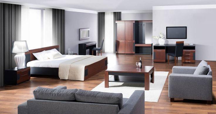 Vievien łączy klasyczną kolorystykę litego dębu barwionego na koniak z nowoczesnym laminatem w czarnym macie. Fuzja kontrastowych wykończeń idealnie prezentuje się zarówno w salonie jak i jadalni. Subtelne detale w kolorze aluminium podkreślają wyjątkowy styl. #meble #furniture #sypialnia #bedroom #odpoczynek #relaks #relax #inspiracja