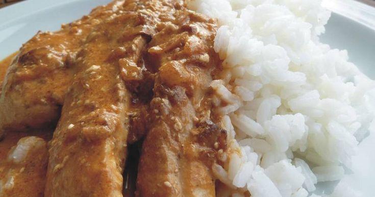 Fabulosa receta para Butter Chicken - Comida India. Si buscas sabor a comida de la India (no veggie) adaptada a un paladar occidental, este es un buen plato para elegir. Si bien lleva muchos ingredientes (especialmente variadas especias), los pasos para su preparación son sencillos. En su país de origen, este plato se consume con naan o roti (que son diferentes tipos de panes indios) y/o arroz hervido.