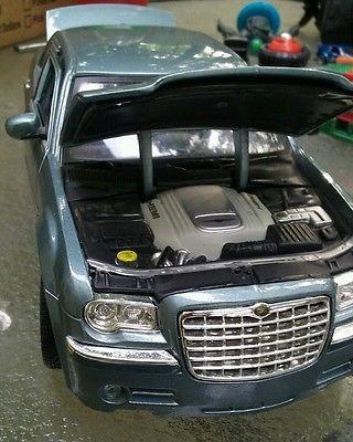 Maisto 2005 Chrysler C300 Hemi 1:18 Diecast Car