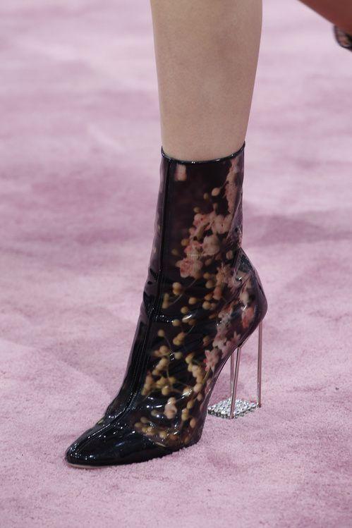 Les bottes futuristes du défilé Dior haute couture printemps-été en plastique imprimé photographique
