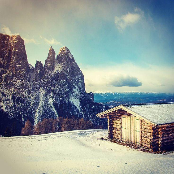 De vacaciones cerca de las nubes. Te animas a quedarte en una casa así en el medio de la montaña? . Foto por @peter_mc_greats . #mountain #adventure #vacationalrental #travel #viajar #vacaciones #alavaca #rent #house #inspiration #clouds #compaccio #italy #italia www.alavaca.com #viajar #alavaca #travel #inspiration #vacations #vacaciones #alquiler #vacationalrental