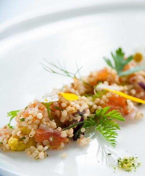 Quinoa salade met een frisse humuscrème en gerookte zalm