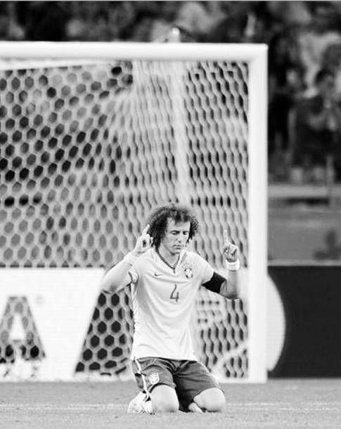 Após humilhação na semifinal, namorada consola David Luiz - Futebol - R7 Copa do Mundo 2014