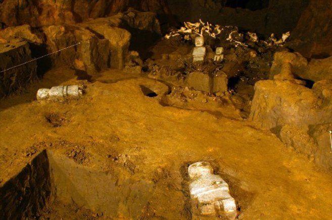 Tehotihuacan - Bajo el Templo de la Serpiente Emplumada -Templo de Quetzalcóatl,  túnel de 100 metros.