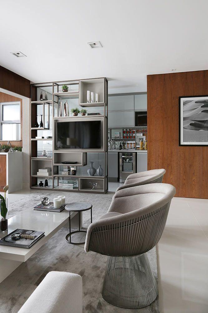Estante funciona como divisória entre cozinha e sala de TV. #decor #decoração #ambientesintegrados