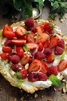 Sucré - Tarte minute aux fruits rouges et à la crème.  Pâte sablée + fromage blanc fouetté avec un peu de mascarpone et sucre + des fruits rouges frais. Juste à cuire la pâte et votre tarte est prête ^^