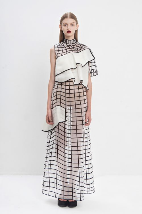 In today's Trendwatch the real and the virtual blend into one another in a digitally-aware collection from Israeli fashion designer Noa Raviv. Raviv created textiles with distorted grid patterns…More 3d Fashion, White Fashion, Fashion Details, Runway Fashion, Ideias Fashion, Fashion Show, Womens Fashion, Fashion Trends, 3d Printed Fashion