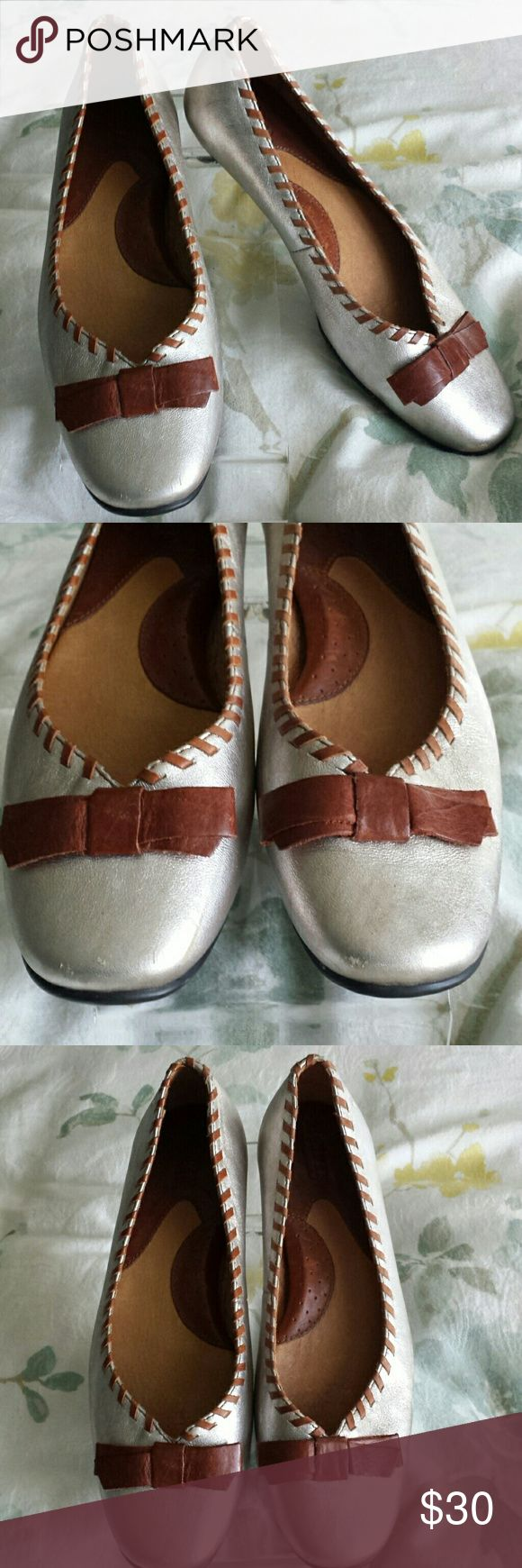 Born Silver Ballet Flats with Brown Bows 6 These are so sweet and transition to every season.  They are silver with brown leather whip stitching and brown bows.  They have slight scuffs on the back heels.  There is little inside wear and little sole wear, so little I don't know how my daughter scuffed the heels. Size 6 Born Shoes Flats & Loafers