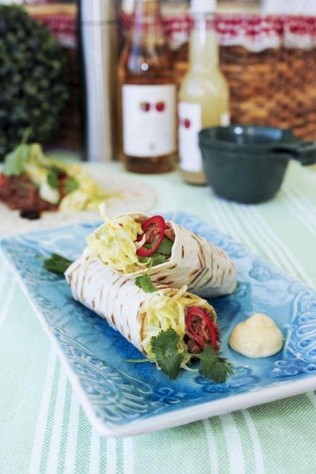 Pulled pork-wrap med spetskål & chilimajonnäs - Mitt Kök