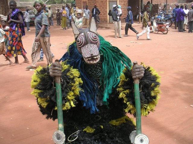 Maskers maken een integraal onderdeel uit van de cultuur in Burkina Faso. Dit is een zogenaamd touwmasker. Maskers lopen uit voor bruiloften, begrafenissen en tijdens traditionele feesten. Niemand weet wie er in het masker zit.