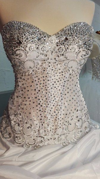 Beautifull  wedding dress.The price is always negotiable Looking for something different?Have an original gown designed and made to measure to suit your taste, body shape, style and budget.Size 6-24Please text me a message 0894234545 facebok