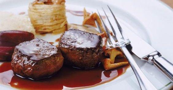 Rode wijnsaus kan bij bijna elk stuk vlees. Heerlijk vind ik het! Hierbij het recept dat ik ooit van een goede kok heb geleerd! Perfecte saus om te combineren...
