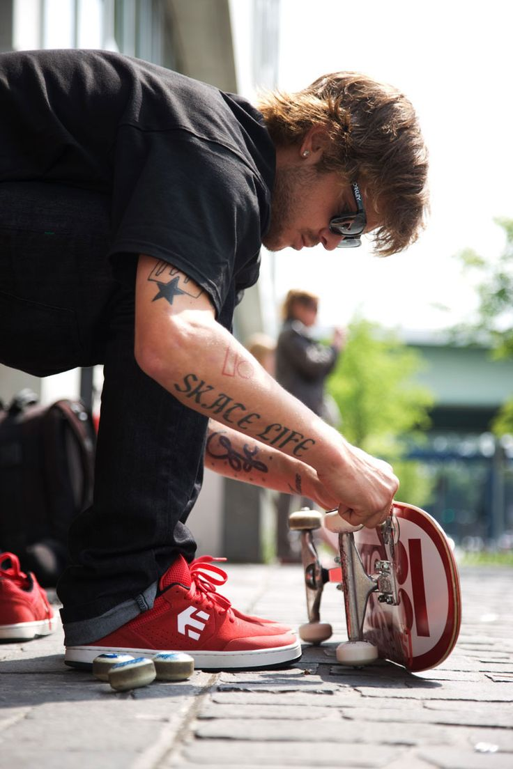 etnies Marana: Ryan Sheckler setting up his board while wearing the etnies Marana.