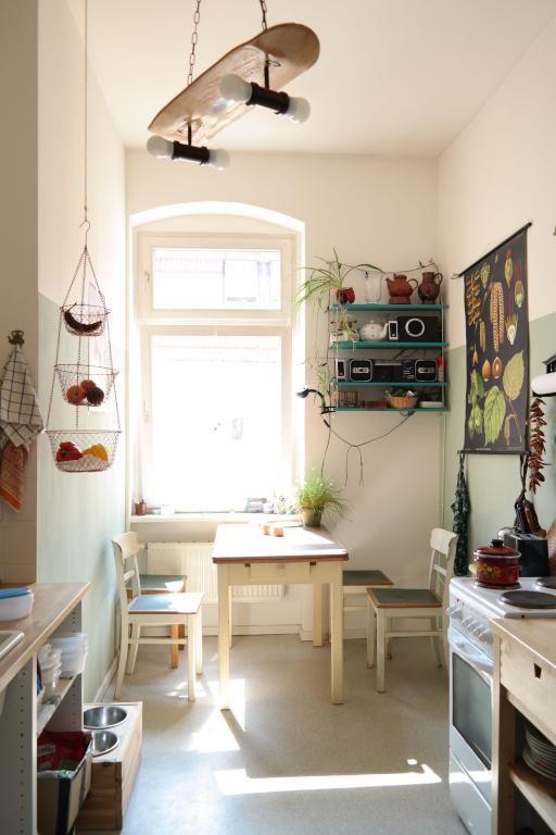 Sonnendurchflutete, helle Küche mit Holzmöbeln und cooler Skateboardlampe #Esszimmer #Altbau #Berlin
