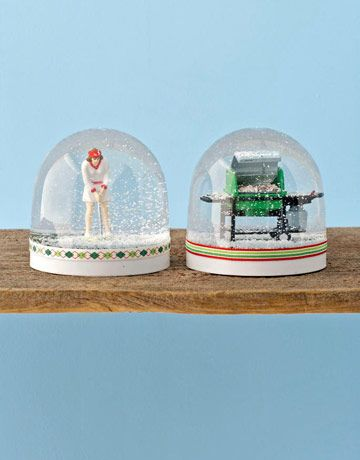I've been on the hunt for little items to make these with. I think it will be big fun in a little snow globe.