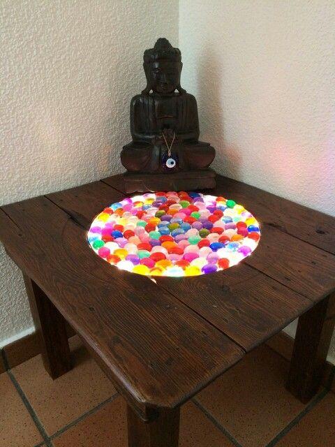 Mesa con una antigüa tabla de brasero, piedras de colores y luces LED!