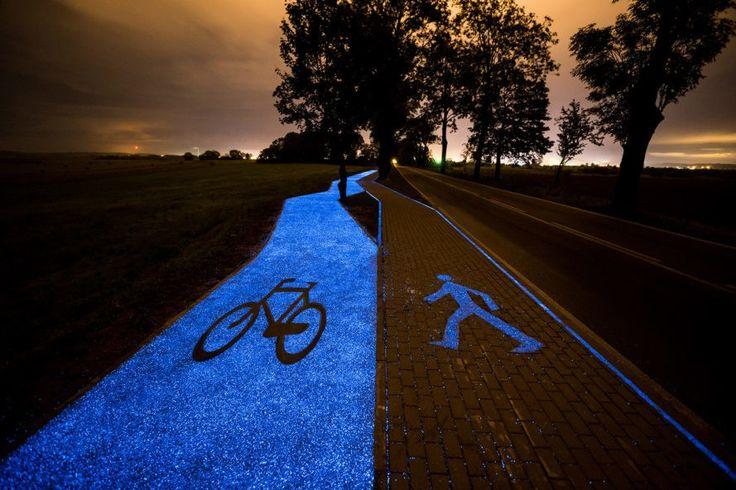 幽霊が出そうな青く光るサイクリングロードは、太陽光を吸収する素材でポーランドのスタートアップが作ったのだ  |  TechCrunch Japan