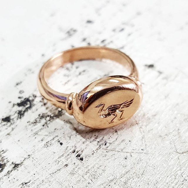 Custom made rose gold signet ring with a hand engraved duck! Nice project to replace and match a previous ring that was lost.   #rosegold #custom #signetring #handengraved #ring #quack #jewellery #flyingv