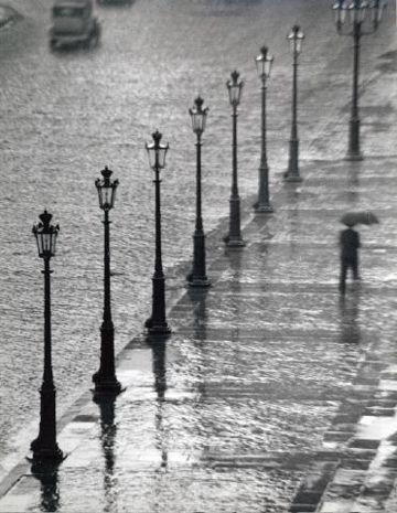 Kertesz, Homme sous la pluie, 1929